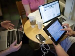 Wi-fi Интернет и придорожные кафе пикник на обочине в 21 веке