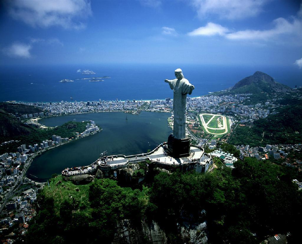 Статуя Иисуса-Искупителя в Бразилии